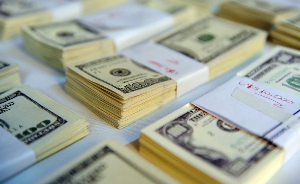 dos bonos por la suba del dólar