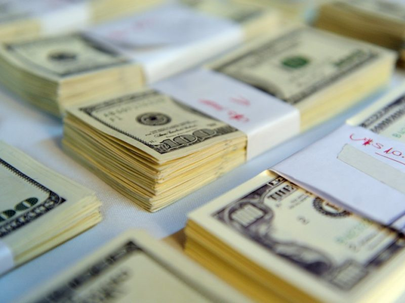 El Gobierno dará dos bonos por la suba del dólar